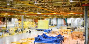 Přesun letového intertanku k aplikaci tepelné ochrany, 10. června. Vlevo od intertanku je letová motorová sekce v montážním přípravku, vpravo původní letová vodíková nádrž.