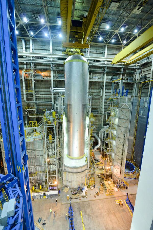 Vkládání kvalifikační vodíkové nádrže do buňky E, 13. června