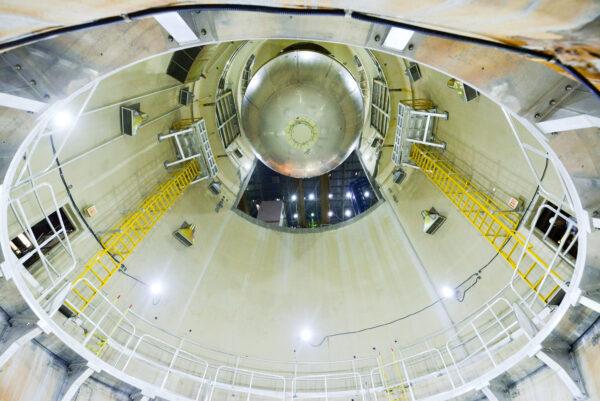 Spodní pohled na vkládání kvalifikační vodíkové nádrže do buňky E, 13. června