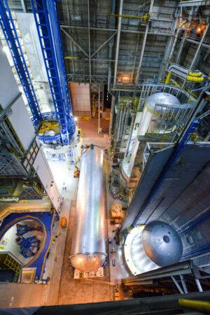 Čtyři nádrže pro SLS - dvě vodíkové, dvě kyslíkové - v různé fázi výroby.