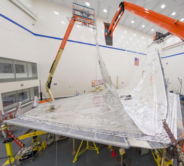 Sluneční štít Webbova teleskopu při skládání ve firmě Northrop Grumman Aerospace Systems