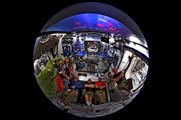 Posádka stanice ISS se dívá na film