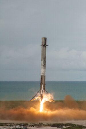 Povedená fotka z přistání prvního stupně Falconu 9 na pevnině (mise SpaceX CRS-11).