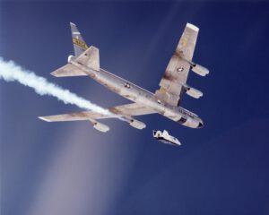 Legendární Boeing B-52 Stratofortress a experimentální kluzák X-38 v červenci 2001.