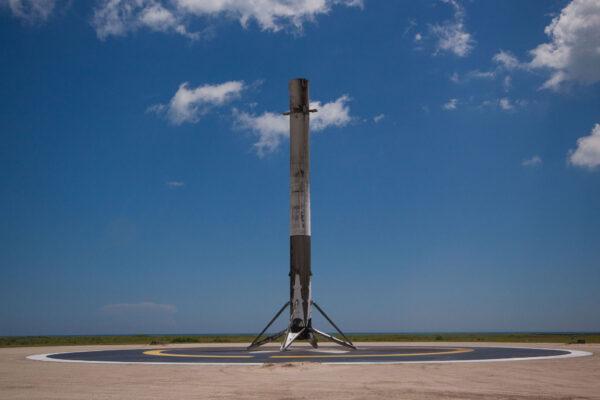 První stupeň Falconu 9 dokázal měkce přistát na pevnině.