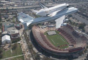 """Povedený záběr na kultovní stroje, které psaly historii aviatiky. Na obou strojích je již dobře patrný """"zub času"""". Záběr byl pořízen v roce 2012 nad historickým stadionem Memorial Coliseum v Los Angeles."""