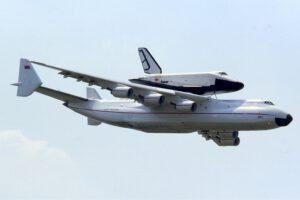 Majestátní Antonov An-225 Mrija a legendární kosmoplán Buran v roce 1989.