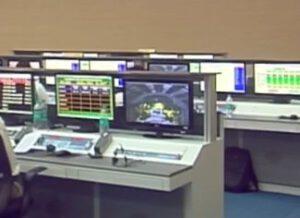 Záběr na monitor, kde je vidět aerodynamický kryt, ačkoliv už tam v této době být dávno neměl.