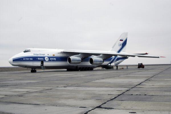 Antonov An-124 Ruslan je menší bráška letounu Atonov An-225 a své uplatnění našel také v kosmickém sektoru. Zde například dopravil družici GIOVE-B na letiště na kosmodromu Bajkonur v roce 2008.