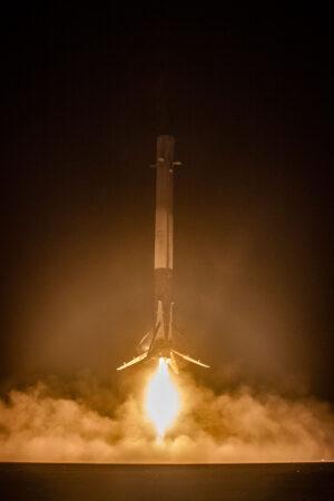 Historicky první úspěšné přistání prvního stupně Falconu 9.