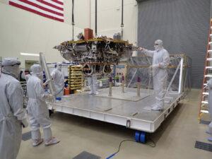 20. července vyjmuli pracovníci firmy Lockheed Martin ve městě Littleton sondu InSight z ochranného kontejneru.
