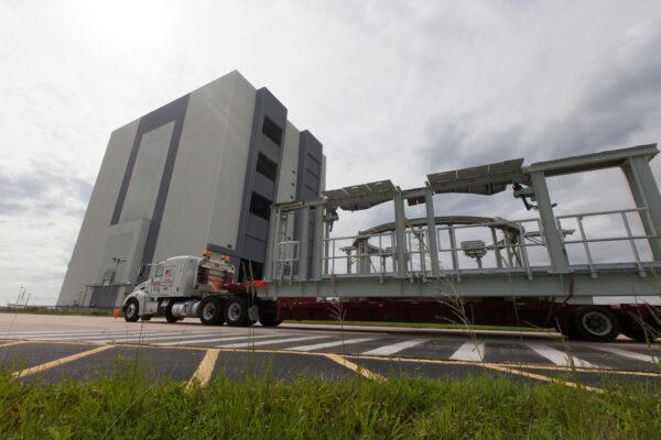 Příjezd jedné ze dvou plošin pro kontrolu motorů SRB na floridský kosmodrom.