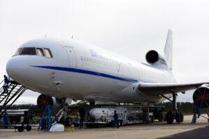 """Lockheed L-1011 """"Stargazer"""" společnosti Orbital ATK s raketou Pegasus při přípravě na start v roce 2016."""