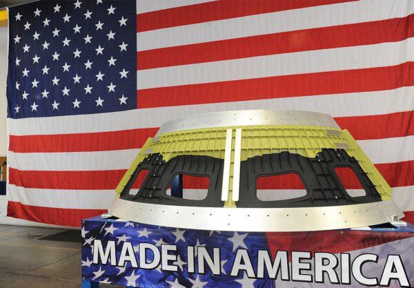 Detailní pohled na segment přetlakové kabiny Orionu s okny