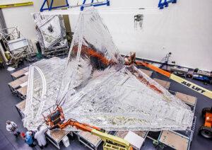 Snímek z čisté místnosti firmy Northrop Grumman zachycuje instalaci prvních clonících vrstev.
