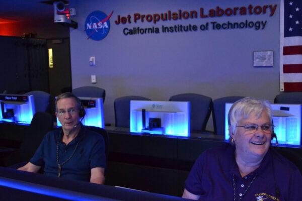 Operátoři sondy Cassini Earl Maize a Julie Webster ve velíně JPL.