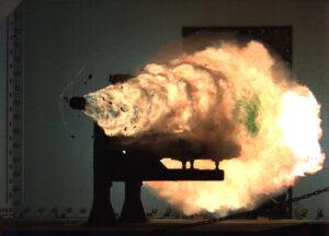 Výstřel z elektromagnetického děla, náboj o hmotnosti 32 kg byl vystřelen rychlostí 2,5 km/s při předvádění v lednu 2008