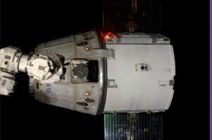 Dragon CRS-4 po odpojení od staniční robotické paže Canadarm 2.