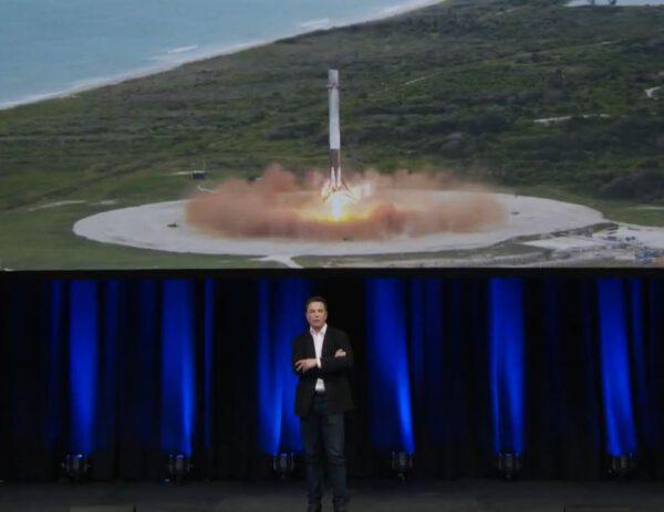 Elon Musk a přistávající první stupeň Falconu 9