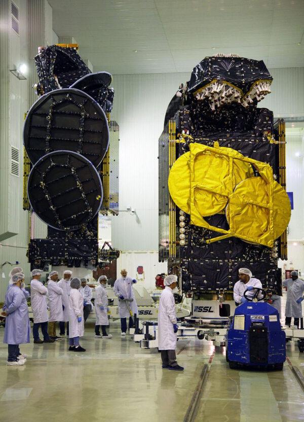 Na Bajkonuru se připravují ke startu dvě družice - Amazonas-5 je na této fotce napravo.