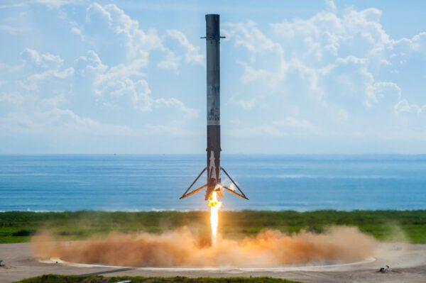 Přistávající první stupeň Falconu 9 z mise OTV-5
