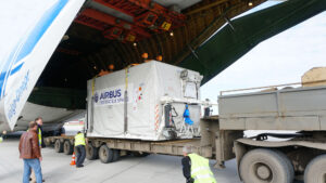 Vykládání kontejneru s družicí Sentinel-5P