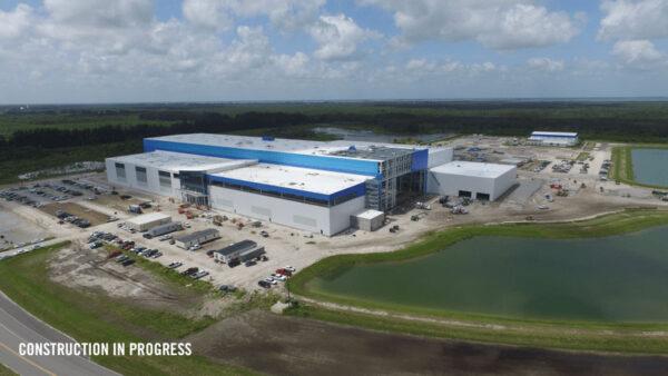 Průběh stavby montážní haly firmy Blue Origin.