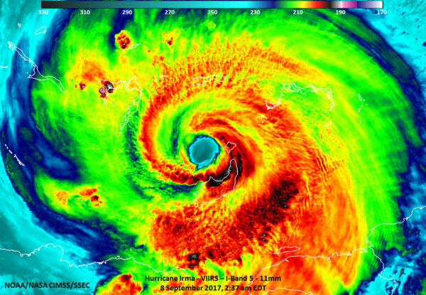 Snímek z družice Suomi NPP pořízený 9. září ve 2:39 ráno místního času ukazuje ostře ohraničené jádro hurikánu Irma, kolem kterého probíhá konvekce. Nejsilnější bouře jsou v oblastech s nejchladnějšími (černými) mraky. jejich vrcholky mají teplotu pouze -85°C!
