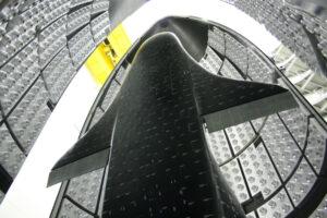 X-37B pod aerodynamickým krytem rakety Atlas V před misí OTV-1.