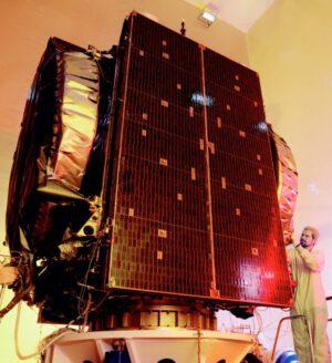 Satelit Telkom 1 při přípravě na start v roce 1999
