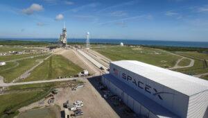 Rampa 39A - v popředí vidíme halu HIF, kde se rakety připravují před startem.