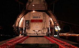 Transport kontejneru s družicí KoreaSat 5A.