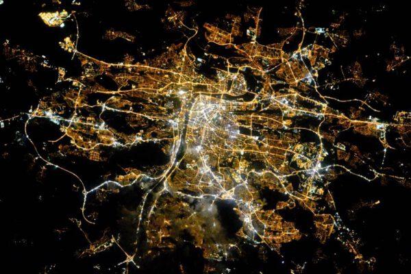 Noční Praha pohledem z ISS.