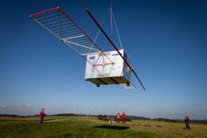 Maketa sondy Juice s funkčním radarem pod vrtulníkem