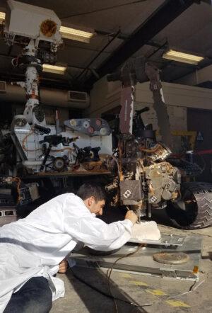 Snímek z léta 2017 - na Mars Yardu v JPL probíhaly zkoušky na dvojčeti roveru Curiosity.