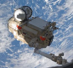 Rameno Canadarm 2 při manipulaci s modulem Rassvět