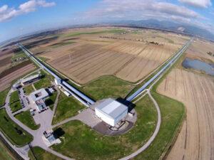 Do pozorování kolizí černých děr pomocí gravitačních vln se zapojil i detektor VIRGO