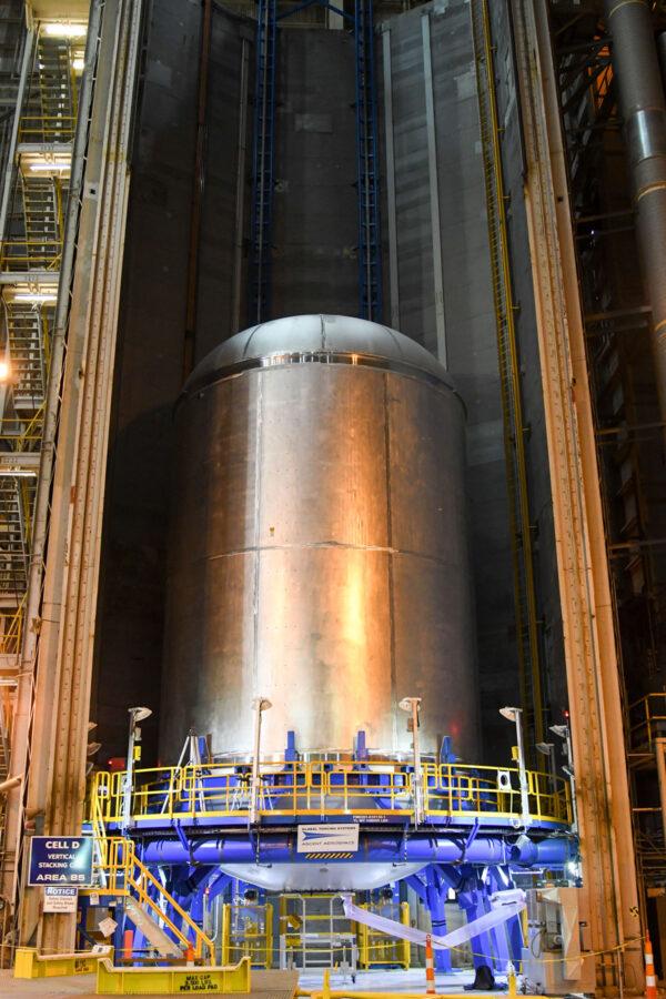 Svařená letová nádrž na kapalný kyslík v buňce D budovy 110 MAF, 16. srpna
