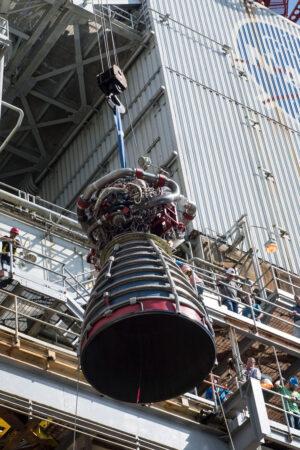 Vyzdvižení motoru E2063 na stanoviště A-1, 27. září