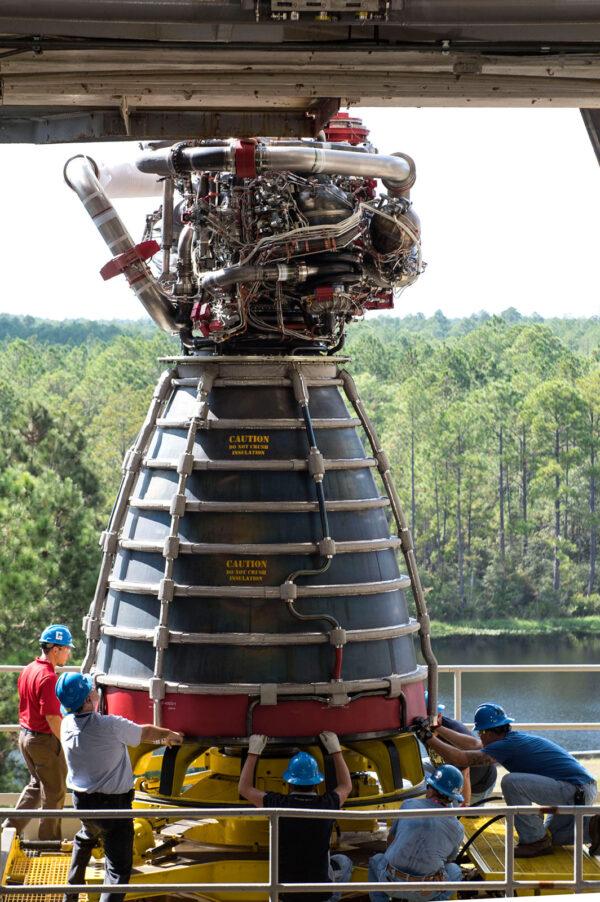 Instalace motoru E2063 na stanoviště A-1, 27. září