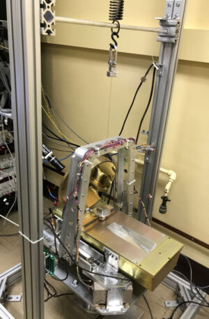Testování systému OTA (Optical Transceiver Assembly) pro DSOC na zařízení, které eliminuje vliv gravitace.