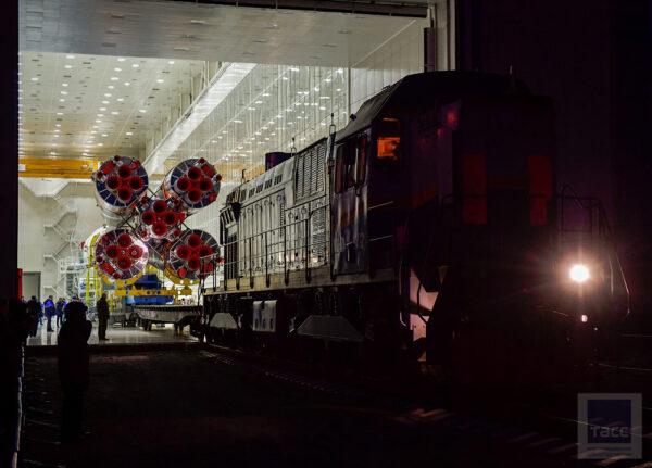Výjezd lokomotivy s raketou z haly MIK.