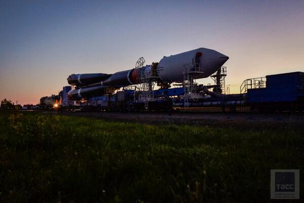 Ranní vývoz Sojuzu 2 na rampu.