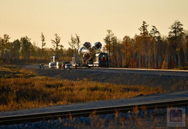 Železnice z Montážního a testovacího komplexu MIK na startovní rampu měří 4,5 kilometru.