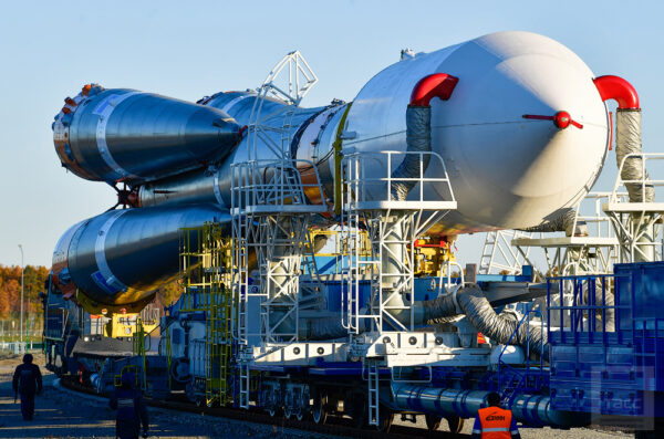 Na startovní rampě je raketa umístěna do mobilní servisní věže. Tato věž váží 1 600 tun a její výška je 52 metrů. Věž mimo jiné umožňuje provádět přípravné práce na raketě za všech klimatických podmínek, což je na kosmodromu Vostočnyj velice důležité.