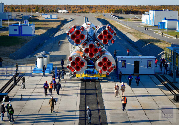 Raketa se chystá k umístění na startovní rampu. Zde je využito jedinečné technologie připojení a stabilizace rakety - namísto obvyklého usazení raketa visí. Mobilní servisní věž jakoby objala raketu a vstoupila s ní na startovní rampu. Odpočet ke startu přechází do finální fáze.