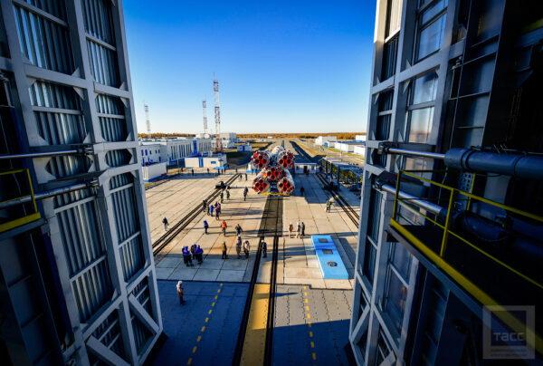 Startovní rampa je srdcem celého komplexu – 83 různých zařízení zabezpečuje její chod na 45 000 metrech čtverečních. Jedna směna zaměstnává 270 lidí.