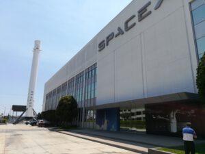První raketový stupeň, který se dokázal vrátit zpátky a úspěšně přistát, vystavený před velitestvím SpaceX.