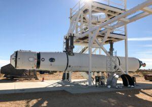 Testovací exemplář rakety LauncherOne na testovacím stanovišti.