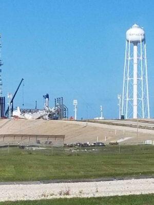 Rozhodně o této fotce nemůžeme říct, že by byla kvalitní, ale je na ní vidět TEL na rampě 39A. Možná zde probíhá příprava na kompatibilitu zařízení s Falconem Heavy.